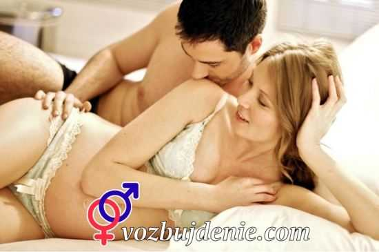 мужчина поглаживает беременную девушку