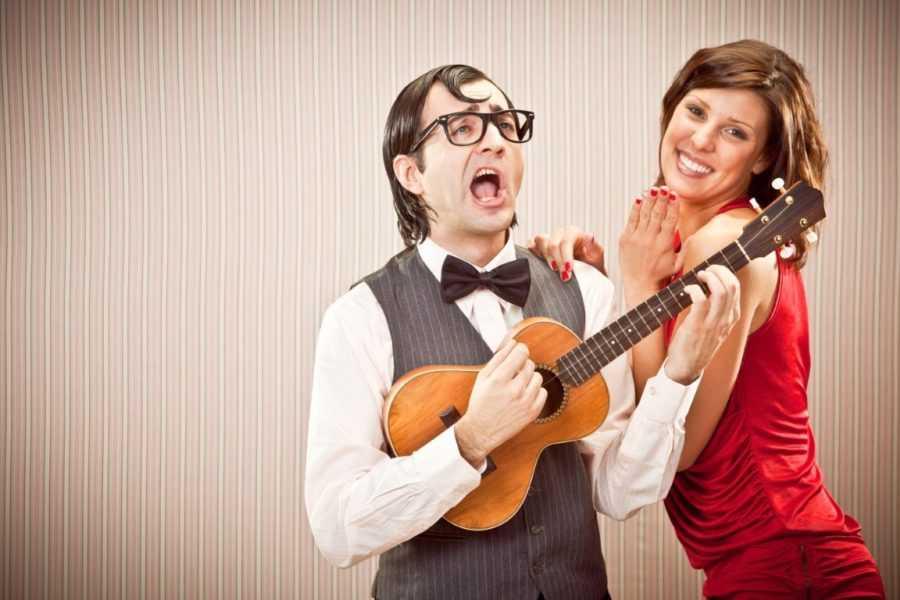 парень играет на гитаре девушке