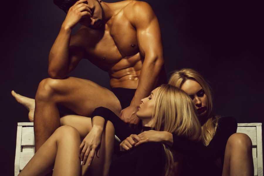 парень и 2 девушки
