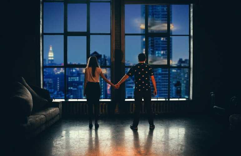 парень и девушка у окна