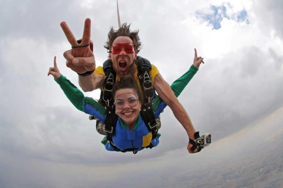 мужчина и женщина прыгают с парашютом