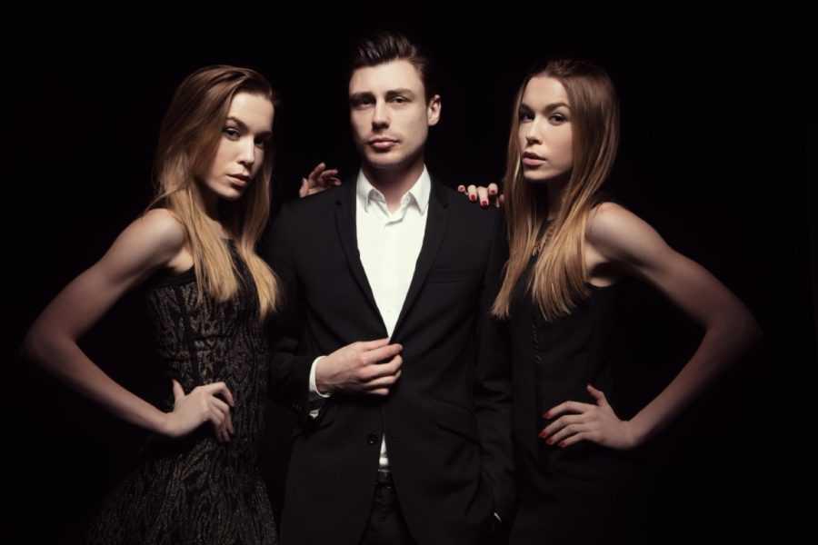 парень и две девушки