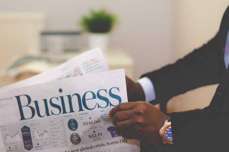 мужчина читает газету про бизнес