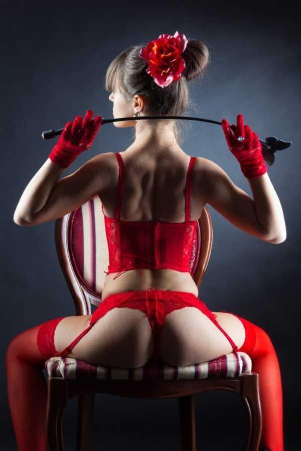 секси красотка в красном