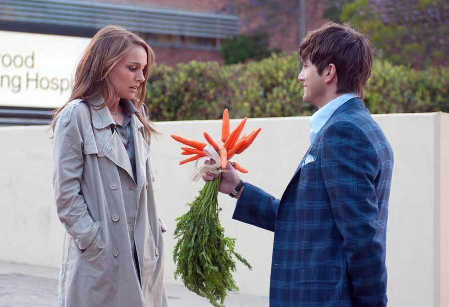 парень дарит морковку