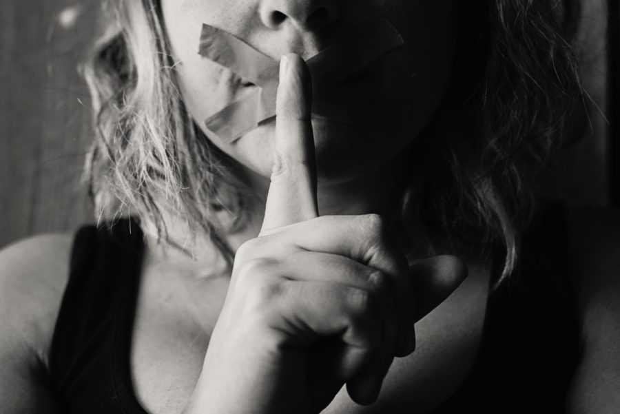 девушка с закрытым ртом