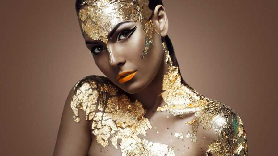 девушка в золоте