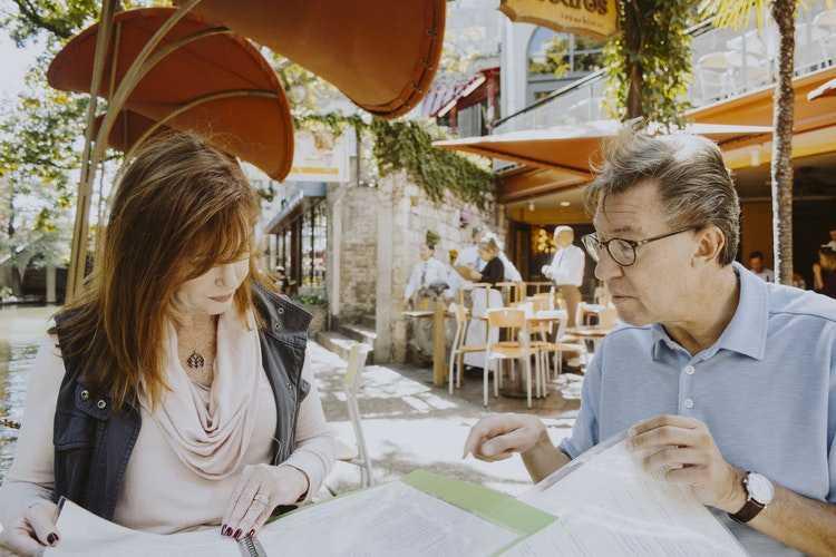 мужчина и женщина заказывают еду