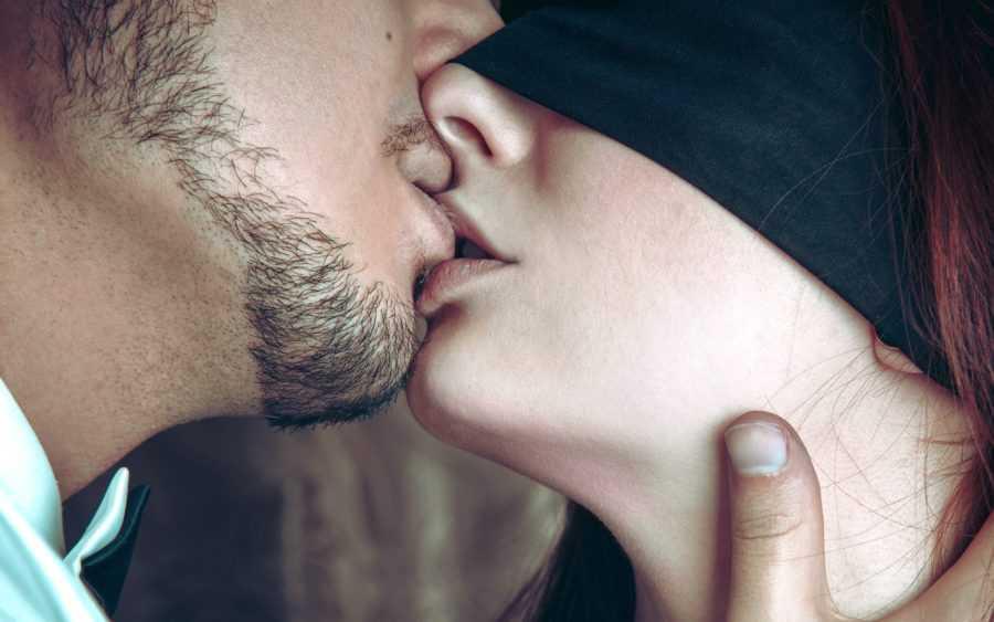 поцеловала парня