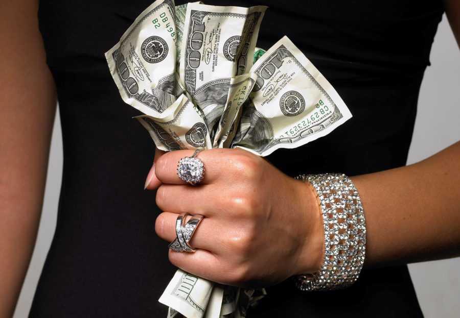 Должен ли давать деньги женщине