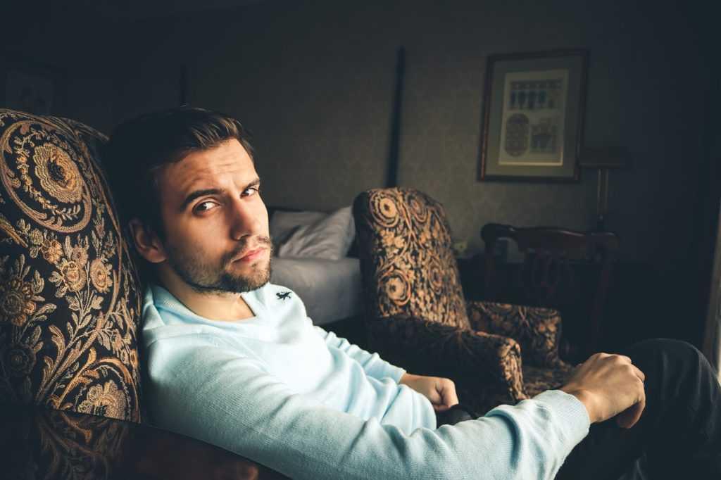 парень на диване