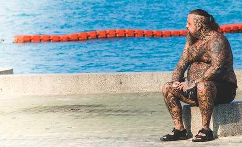 мужчина смотрит на море