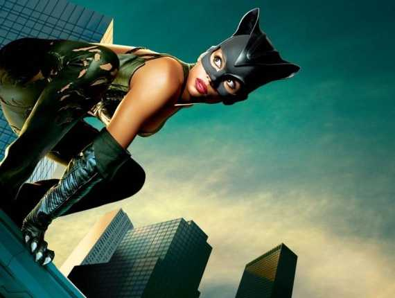 женщина-кошка на крыше небоскрёба