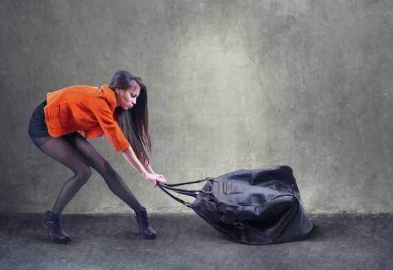 Помогать таскать сумки