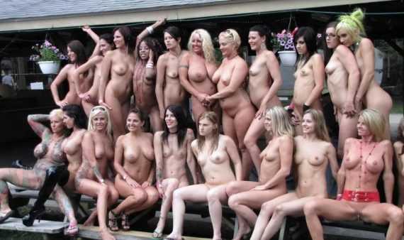 толпа голых баб в германии