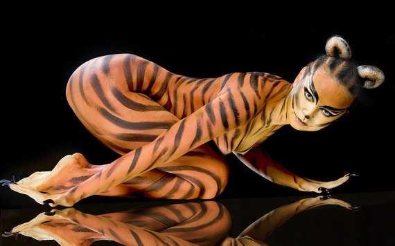 красивая разукрашенная женщина тигрица