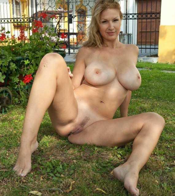 разделась на лужайке возле дама