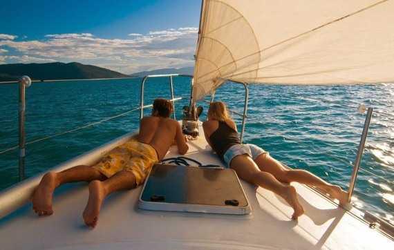романтическая прогулка с любимой на яхте