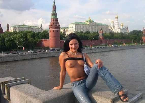 обнаженная девушка на берегу москва реки