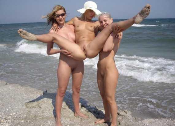 девушки нудистки развлекаются голышом