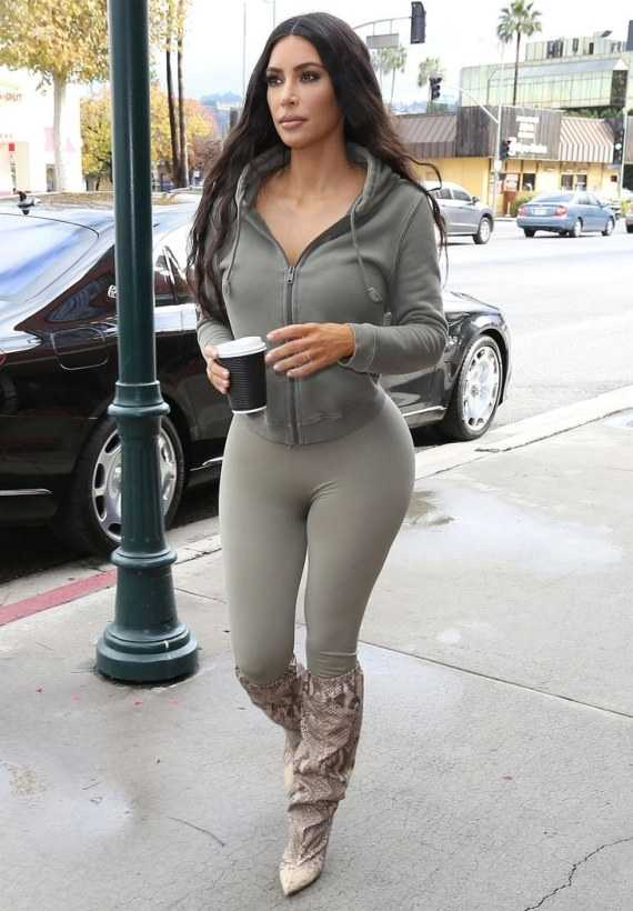 Ким Кардашян в обтягивающих легинсах
